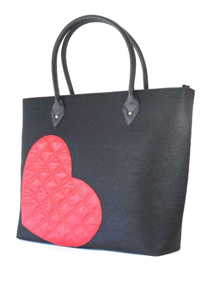 Черная женская сумка из войлока с сердцем
